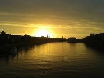 Salida del sol sobre el río urbano Foto de archivo