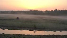 Salida del sol sobre el r?o, niebla ligera del arrastramiento en la tierra almacen de metraje de vídeo