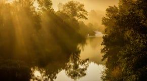 Salida del sol sobre el río Foto de archivo