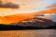 Salida del sol sobre el soporte Rundle a partir del dos Jack Lake Fotografía de archivo libre de regalías