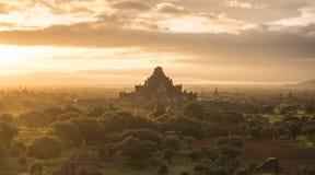 Salida del sol sobre el templo de Bagan, Myanmar Foto de archivo libre de regalías