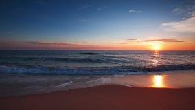 Salida del sol sobre el vídeo del mar almacen de video