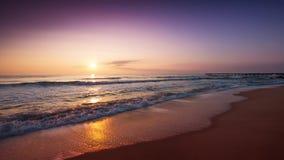 Salida del sol sobre el vídeo del mar almacen de metraje de vídeo