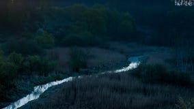 Salida del sol sobre el valle con un río y una niebla, timelapse almacen de metraje de vídeo