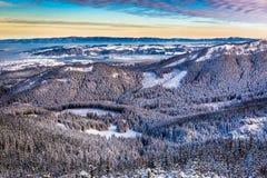 Salida del sol sobre el valle de la montaña en invierno Fotos de archivo