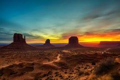 Salida del sol sobre el valle del monumento, Arizona, los E.E.U.U. fotografía de archivo