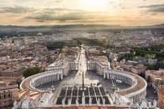 Salida del sol sobre el Vaticano con los rayos de sol Fotos de archivo