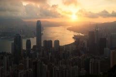Salida del sol sobre Hong Kong Victoria Harbor de Victoria Peak con H Imagen de archivo libre de regalías