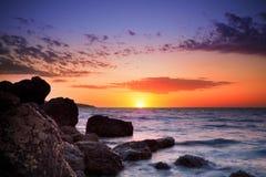 Salida del sol sobre horizonte del océano
