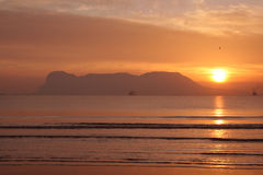 Salida del sol sobre la bahía de Gibraltar. Foto de archivo