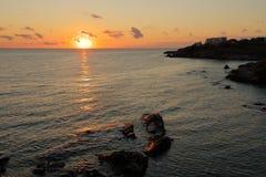 Salida del sol sobre la bahía de Paradise, Sozopol, Bulgaria, Europa fotografía de archivo