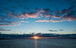 Salida del sol sobre la bahía Queensland de Moreton imagen de archivo