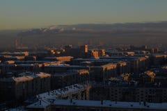 Salida del sol sobre la ciudad. Fotografía de archivo libre de regalías