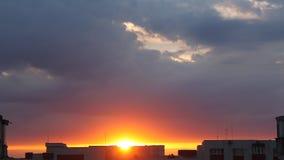 Salida del sol sobre la ciudad almacen de video