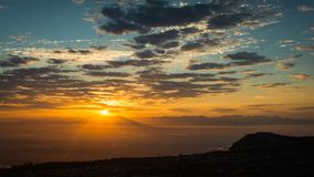 Salida del sol sobre la ciudad de Cape Town fotos de archivo