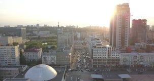 Salida del sol sobre la ciudad, primer en siluetas céntricas modernas de los edificios del horizonte de Kiev pixeles de 4k 4096 x almacen de metraje de vídeo