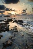 Salida del sol sobre la costa costa rocosa en paisaje del mar de Meditarranean en S Imagen de archivo