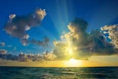 Salida del sol sobre la costa de Océano Atlántico foto de archivo