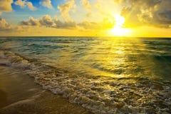 Salida del sol sobre la costa de Océano Atlántico Imagen de archivo libre de regalías