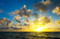 Salida del sol sobre la costa de Océano Atlántico imagen de archivo