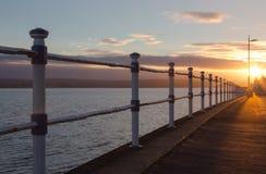 Salida del sol sobre la explanada en Weymouth en el pabellón y jurásico foto de archivo