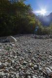 Salida del sol sobre la garganta de Vikos, rocas, cielo azul Fotos de archivo