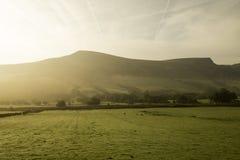 Salida del sol sobre la montaña Imagenes de archivo