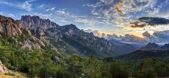 Salida del sol sobre la montaña de Bavella Foto de archivo libre de regalías