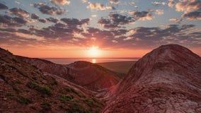 Salida del sol sobre la montaña de Bogdo en Rusia almacen de metraje de vídeo