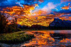 Salida del sol sobre la montaña de Rundle de los lagos bermellones Fotos de archivo libres de regalías