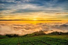 Salida del sol sobre la montaña en Phu Tab Berk Imagen de archivo