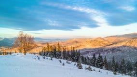 Salida del sol sobre la montaña del invierno almacen de metraje de vídeo