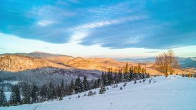 Salida del sol sobre la montaña del invierno metrajes