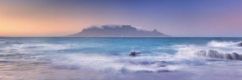 Salida del sol sobre la montaña y Cape Town de la tabla imagen de archivo libre de regalías
