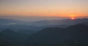 Salida del sol sobre la niebla del bosque negro Fotos de archivo