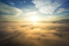 Salida del sol sobre la niebla y la montaña en bosque Imagen de archivo