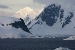 Salida del sol sobre la península antártica Imagen de archivo libre de regalías