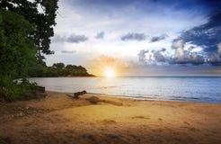 Salida del sol sobre la playa Imagenes de archivo