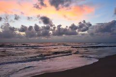 Salida del sol sobre la playa del mar, nublada Imagen de archivo libre de regalías