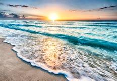 Salida del sol sobre la playa en Cancun fotografía de archivo libre de regalías