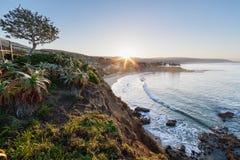 Salida del sol sobre Laguna Beach fotografía de archivo libre de regalías