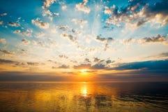 Salida del sol sobre las aguas tranquilas de la bahía de Gdansk Foto de archivo libre de regalías