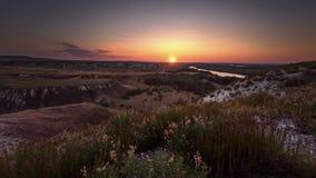 Salida del sol sobre las colinas cretáceas metrajes