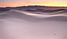 Salida del sol sobre las dunas de arena Foto de archivo libre de regalías