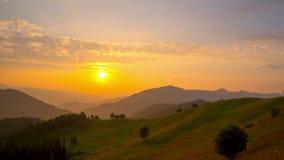 Salida del sol sobre las montañas almacen de metraje de vídeo