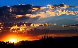 Salida del sol sobre las montañas Foto de archivo libre de regalías