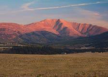Salida del sol sobre las montañas Foto de archivo