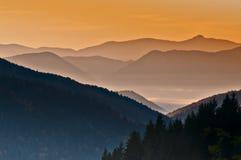 Salida del sol sobre las montañas Fotografía de archivo libre de regalías