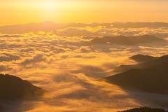 Salida del sol sobre las montañas Imágenes de archivo libres de regalías