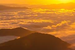 Salida del sol sobre las montañas Fotografía de archivo